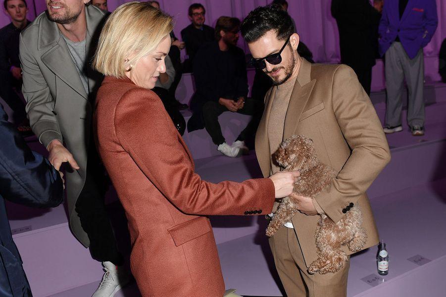 Orlando Bloom avec son caniche Mightyet Amber Vallettaau défilé Boss de la marque Hugo Boss pendant la Fashion Week de Milan le 23 février 2020.