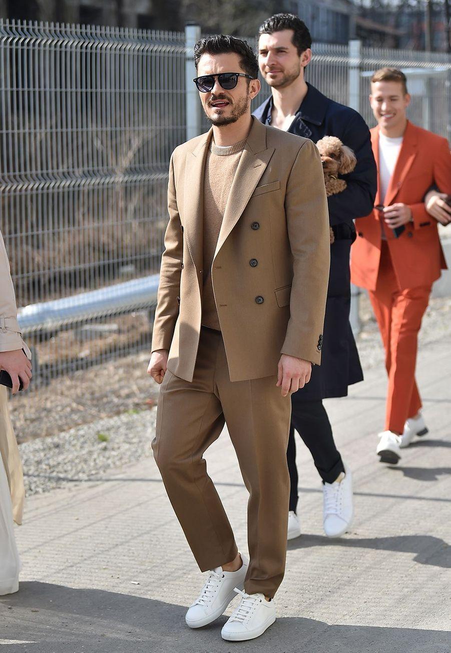 Orlando Bloom avec son canicheMightyau défilé Boss de la marque Hugo Boss pendant la Fashion Week de Milan le 23 février 2020.