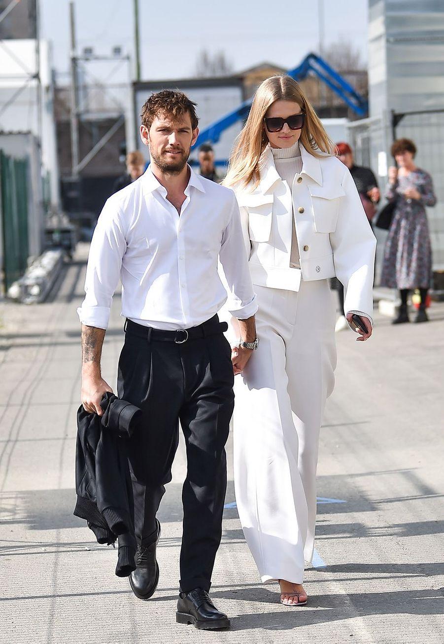 Toni Garn et son fiancé Alex Pettyferau défilé Boss de la marque Hugo Boss pendant la Fashion Week de Milan le 23 février 2020.