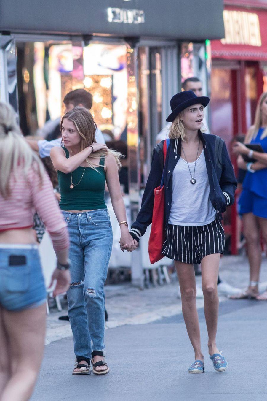 Ashley Benson et Cara Delevingne dans les rues de Saint-Tropez le 8 juillet 2019