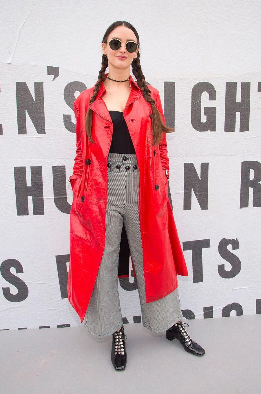 Charlotte LeBon au défilé Dior pendant la Fashion Week de Paris