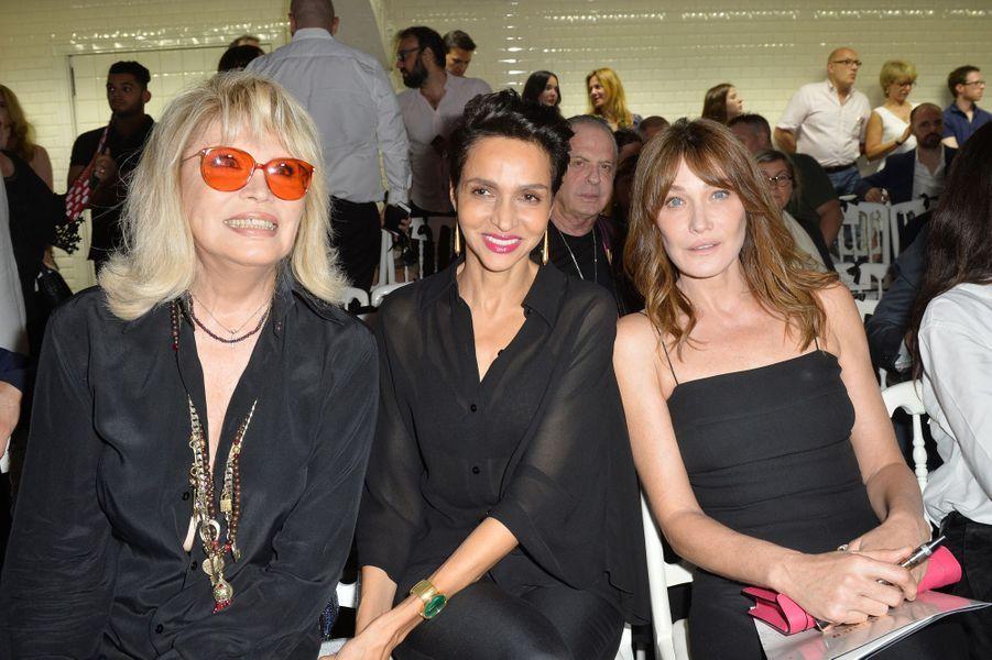 Amanda Lear, Farida Khelfa et Carla Bruni au défilé de Jean Paul Gaultier à Paris, le 5 juillet 2017.