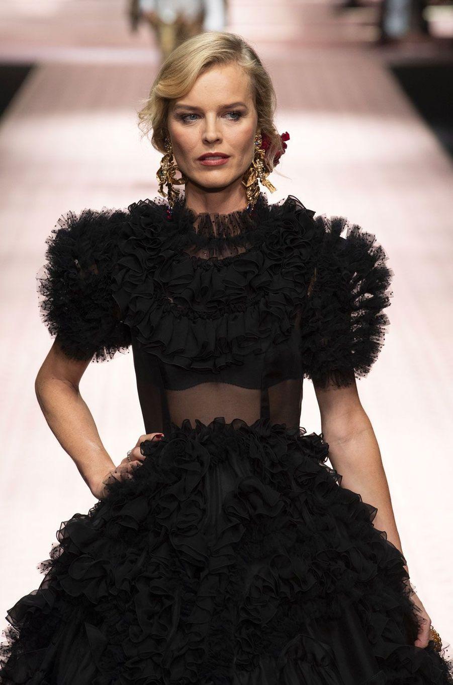 Eva Herzigovadéfile pour Dolce & Gabbana à Milan le 23 septembre 2018