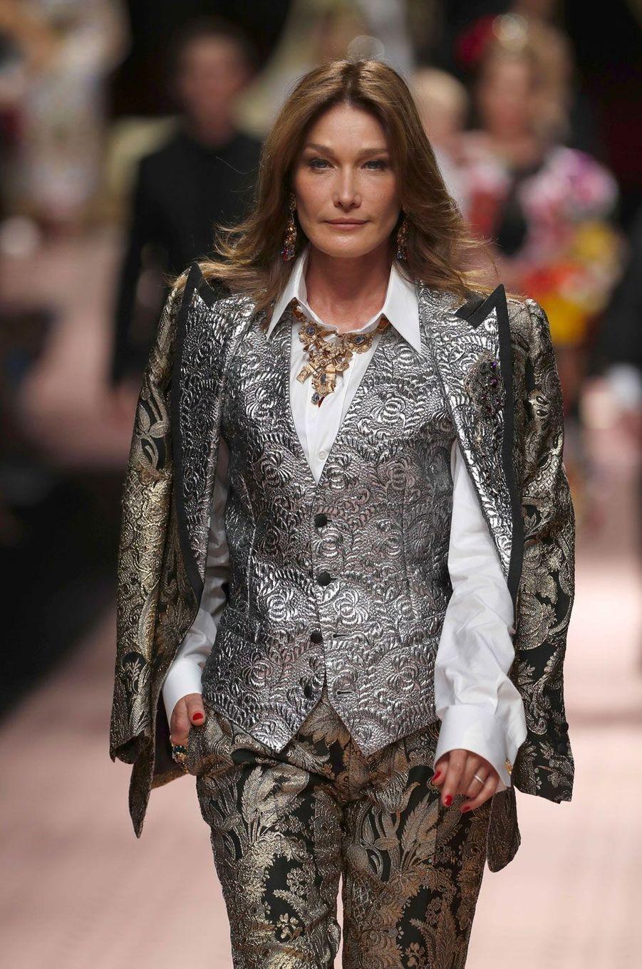 Carla Bruni défile pour Dolce & Gabbana à Milan le 23 septembre 2018