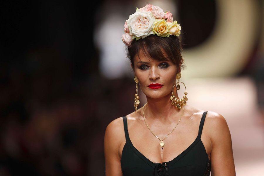Helena Christensen défile pour Dolce & Gabbana à Milan le 23 septembre 2018