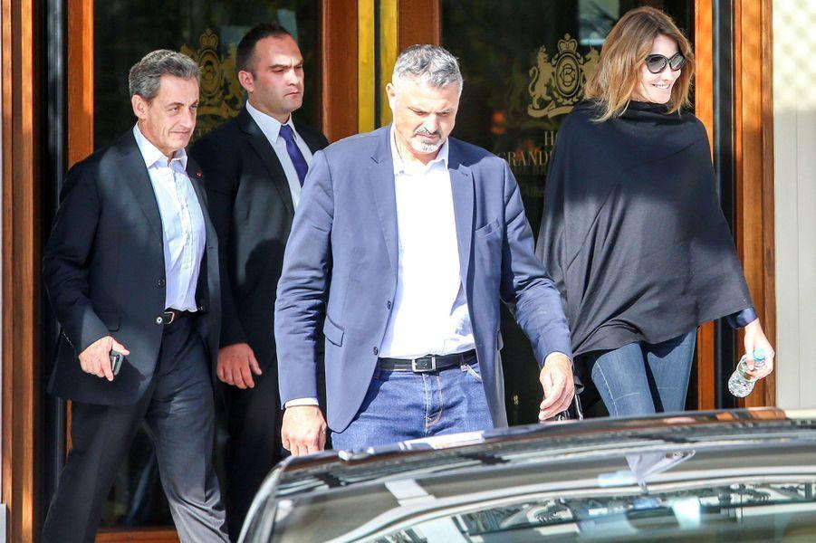 Carla Bruni et Nicolas Sarkozy sortent de leur hôtel à Athènes, le 24 octobre 2017.