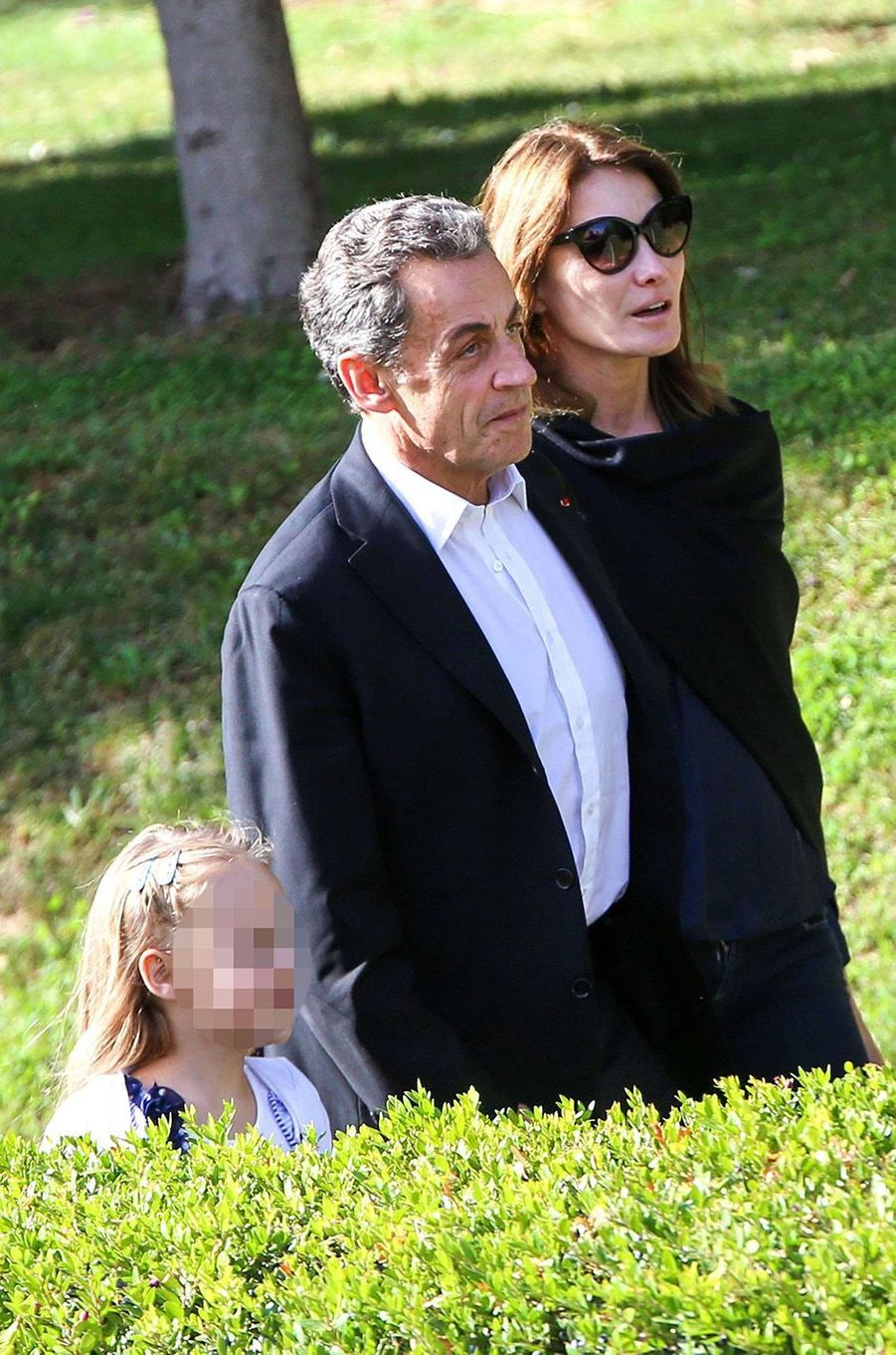 Carla Bruni, Nicolas Sarkozy et leur fille Giulia partent visiter le musée de l'Acropole, à Athènes, le 24 octobre 2017.