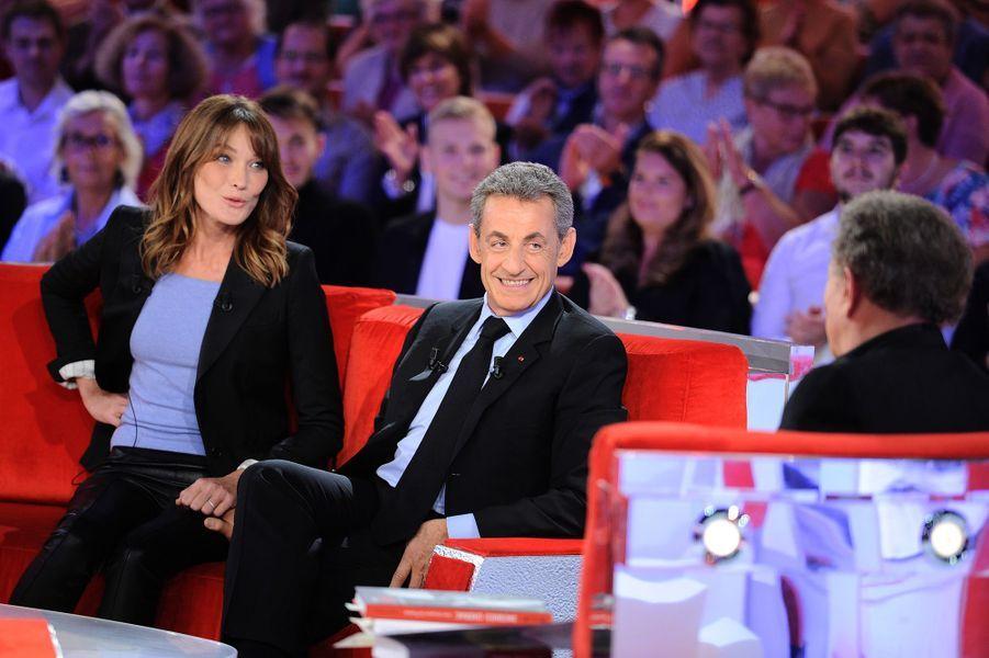 Carla Bruni, Nicolas Sarkozy et Michel Druckersur le plateau de «Vivement dimanche» le 30 septembre 2019. L'émission est diffusée le 6 octobre.