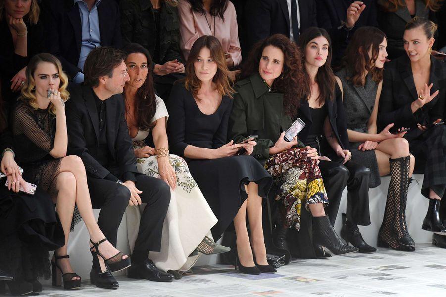 Cara Delevingne, Carla Bruni, Andie MacDowell, Alexa Chung, Rainey Qualley et Karlie Klossau défilé Dior à Paris le 25 février 2020