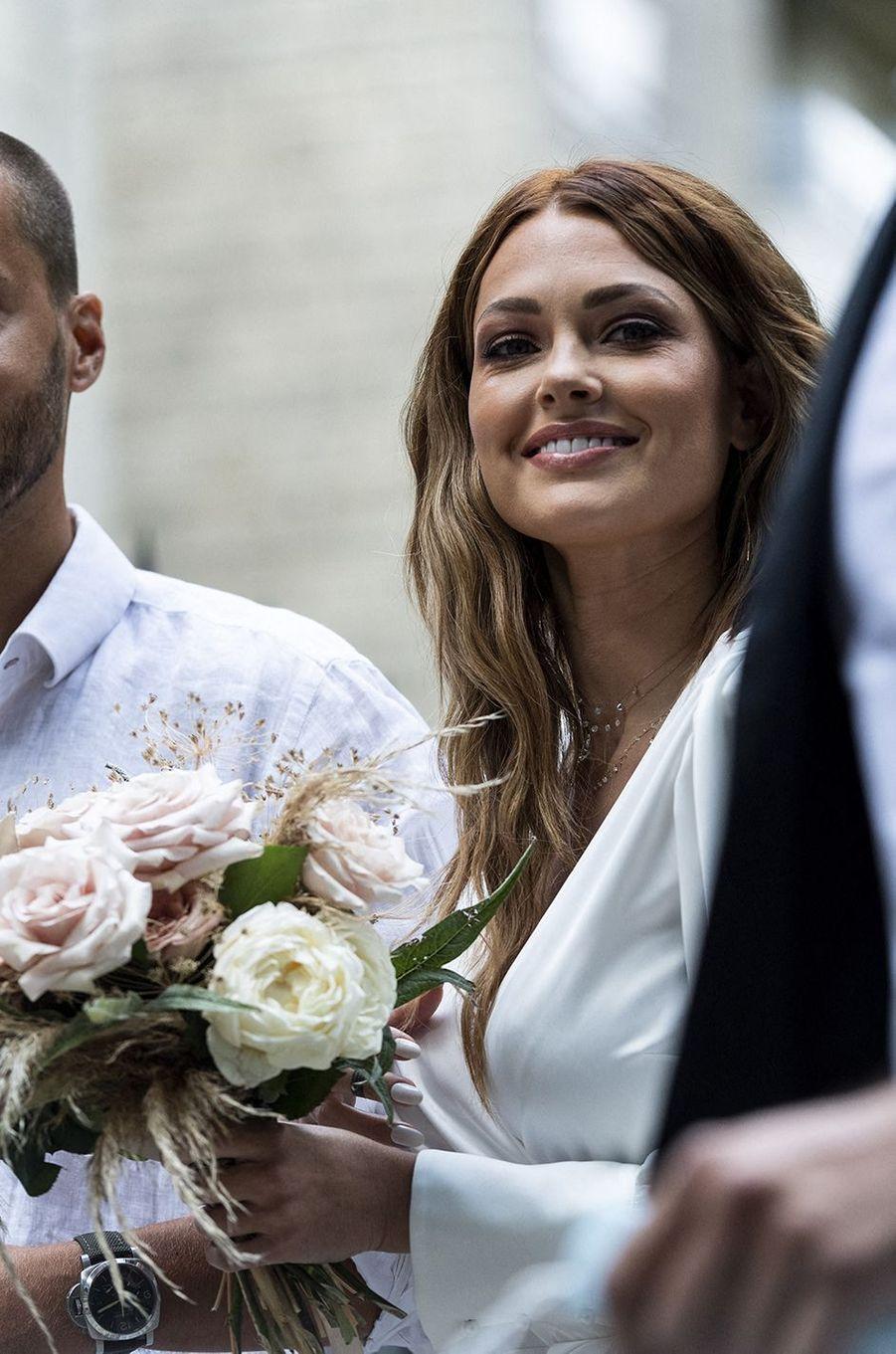 Caroline Receveur et un proche se rendent à la mairie du XVIe arrondissement de Paris le 11 juillet 2020