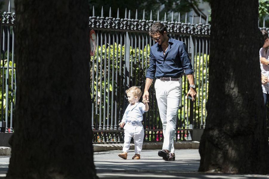 Hugo Philip et son fils Marlonse rendent à la mairie du XVIe arrondissement de Paris le 11 juillet 2020