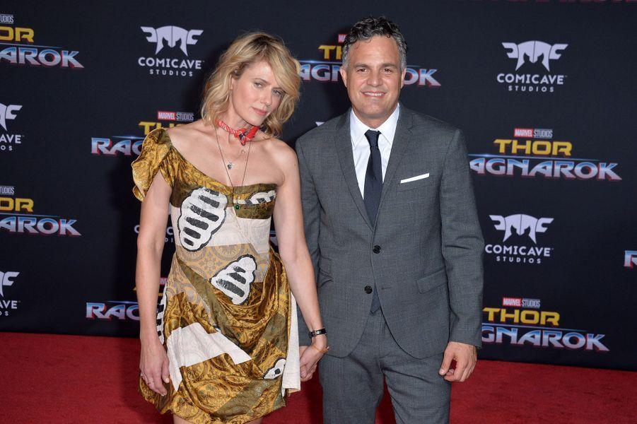 """Mark Ruffalo et Sunrise Coigneyà l'avant-première de """"Thor : Ragnarok"""", le 10 octobre à Los Angeles."""