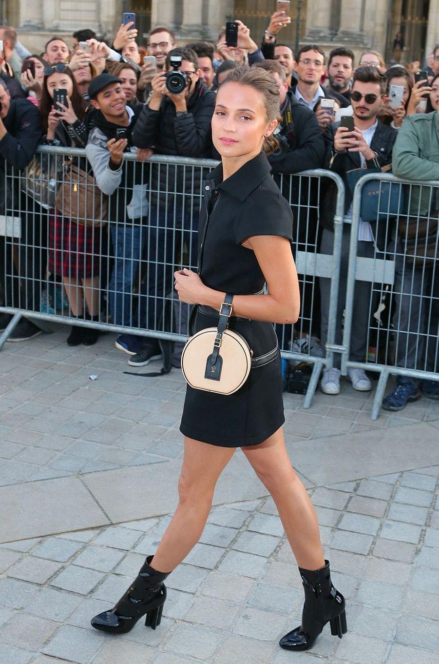 Alicia Vikander au défilé Louis Vuitton à Paris