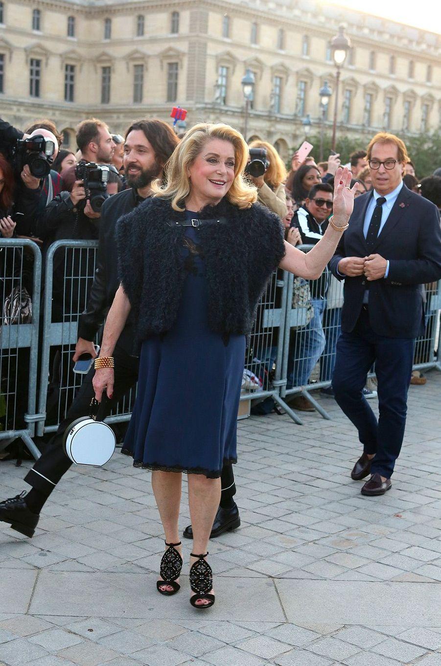 Catherine Deneuve au défilé Louis Vuitton à Paris
