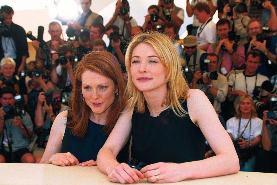 """Cate Blanchett avec Julianne Moore au 52e Festival de Cannes (1999) pour présenter le film """"Un mari idéal"""""""