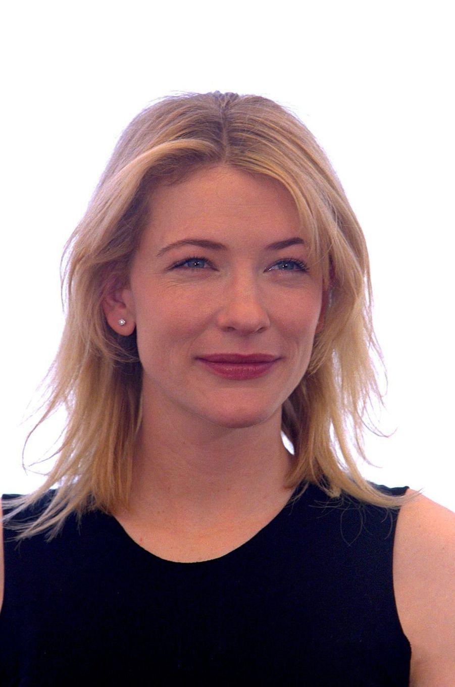 """Cate Blanchett au 52e Festival de Cannes (1999) pour présenter le film """"Un mari idéal"""""""