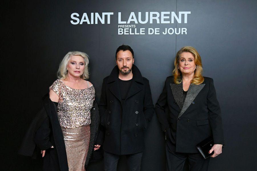 Catherine Deneuve avec Anthony Vaccarello et Debbie Harry, à New York, mercredi 19 décembre