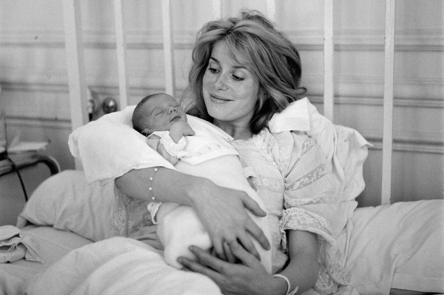 Catherine Deneuve et son fils Christian Vadim en 1963