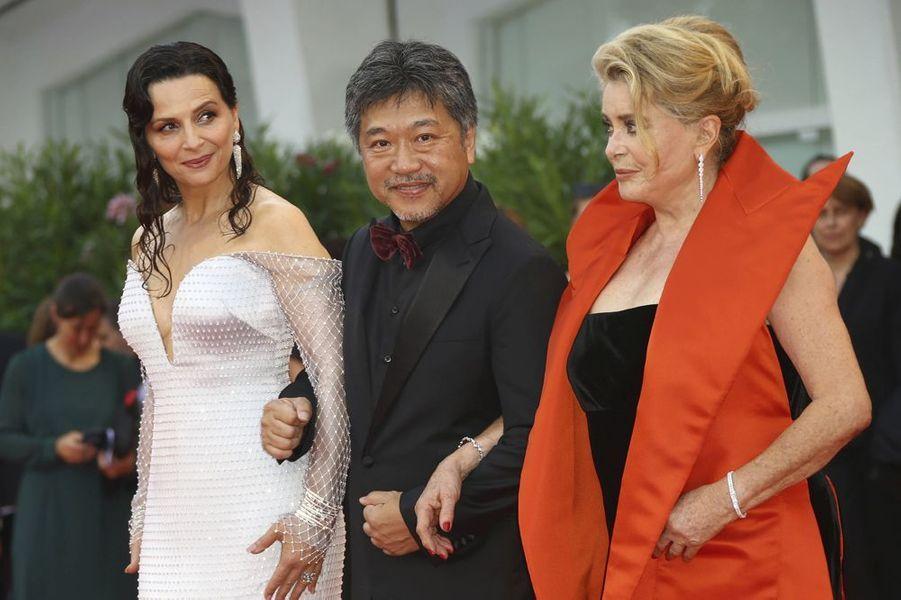 Juliette Binoche, Hirokazu Kore-Eda et Catherine Deneuve à l'ouverture de la 76e Mostra de Venise.