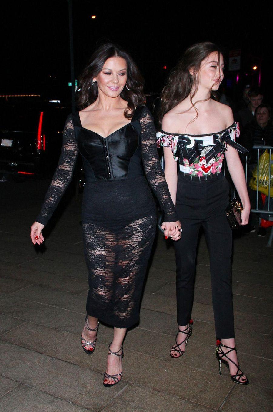 Catherine Zeta-Jones et sa fille Carys arrivent au défilé Dolce & Gabbana à New York