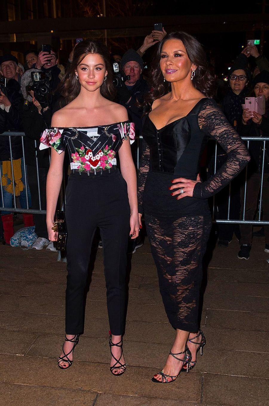 Catherine Zeta-Jones et sa fille Carys au défilé Dolce & Gabbana à New York