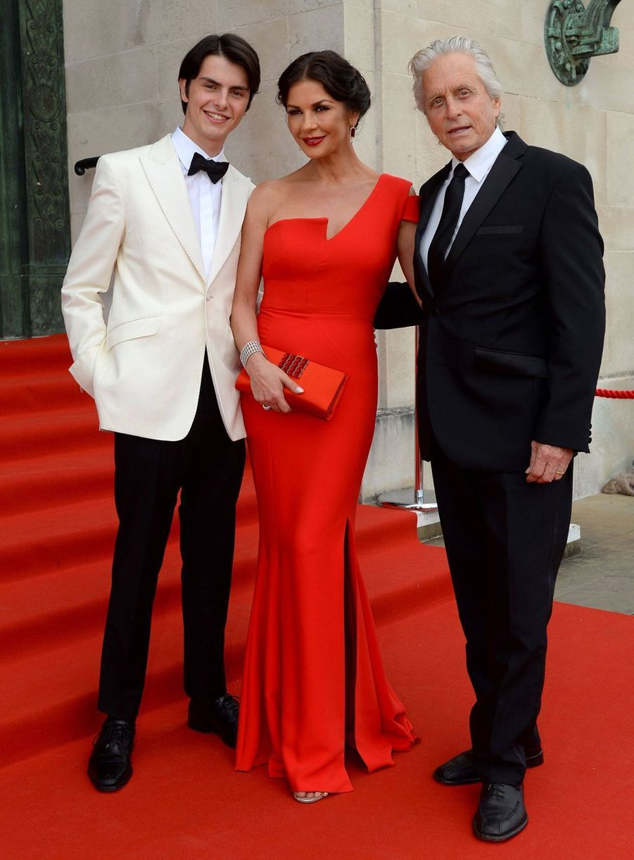 Catherine Zeta-Jones entourée de son mari Michael Douglas et de leur fils Dylan à Swansea au Pays de Galles le 24 juillet 2019