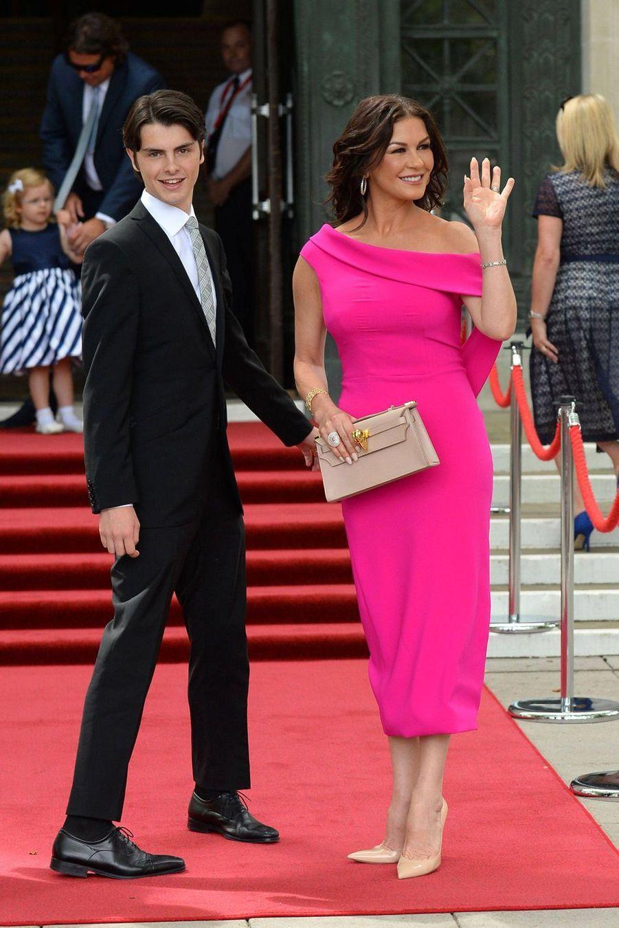 Catherine Zeta-Jones et son fils Dylan à Swansea au Pays de Galles le 24 juillet 2019