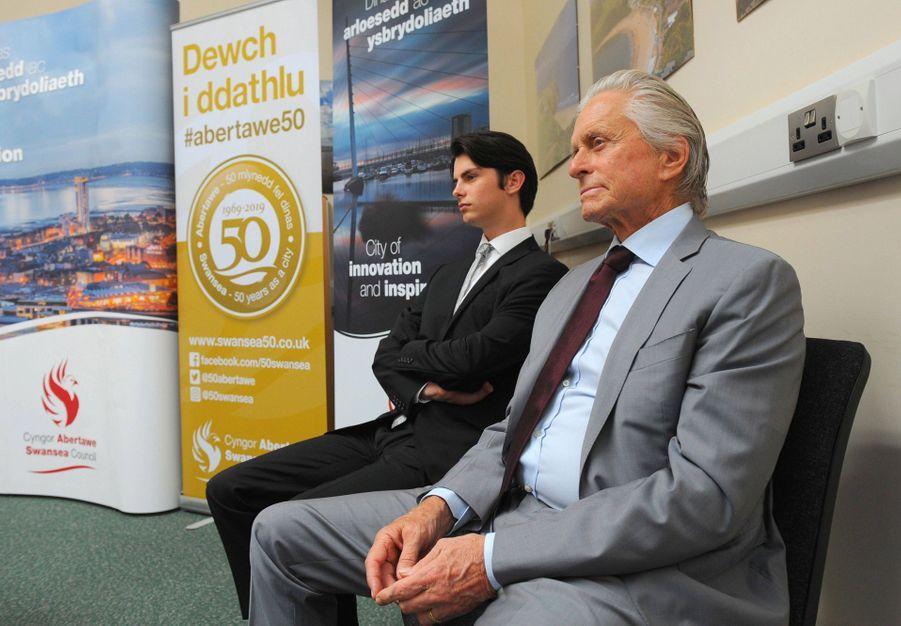 Michael Douglas et son fils Dylanà Swansea au Pays de Galles le 24 juillet 2019