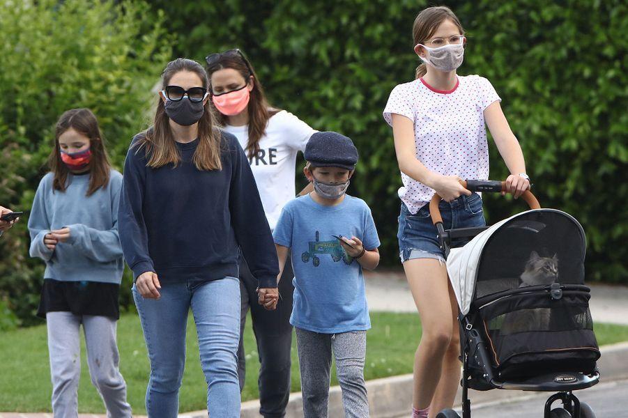 Jennifer Garner (en blanc en arrière-plan) avec ses trois enfants Violet, Seraphina et Samuel et une amie à Los Angeles le 6 mai 2020