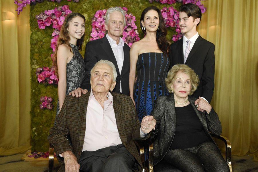 Carys Zeta-Douglas, Michael Douglas, Catherine Zeta-Jones, Dylan Douglas, Kirk Douglas et Anne Douglas, en 2016.