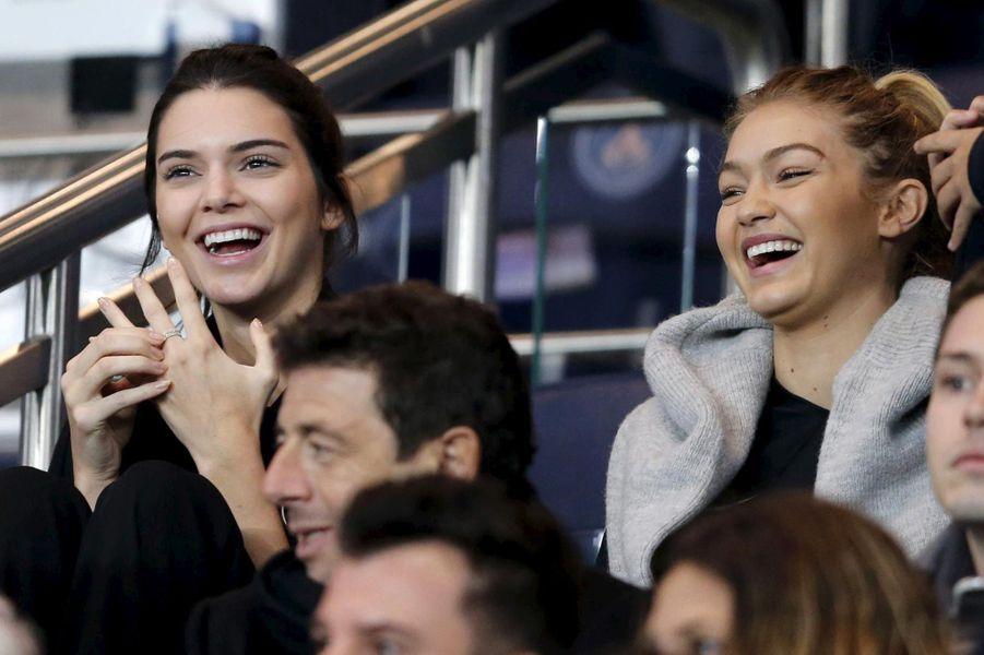 Kendall Jenner et Gigi Hadid au Parc des Princes à Paris.