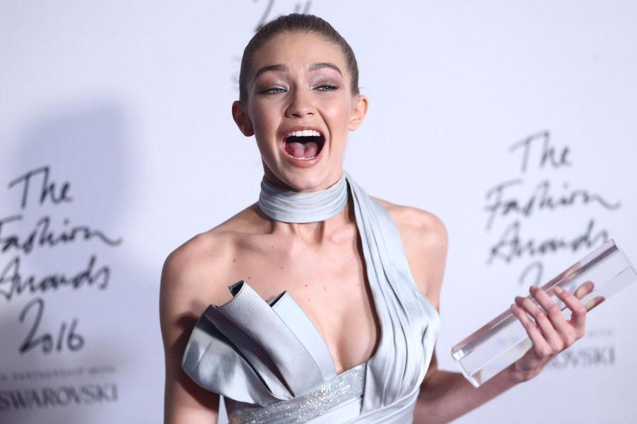Gigi Hadid, élue mannequin de l'année en 2016 à Londres.