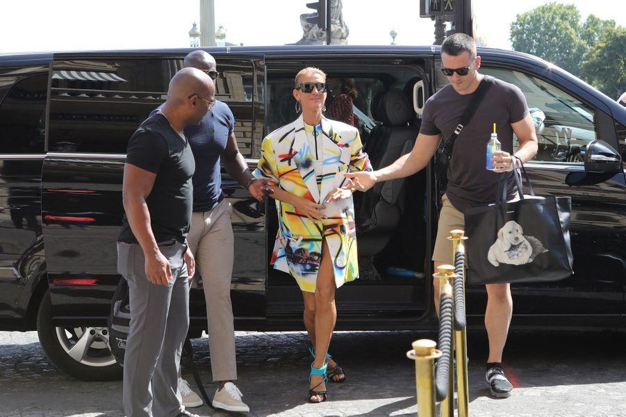 La chanteuse canadienne est toujours à Paris pour la prochaine Fashion Week. Et elle a démontré samedi qu'elle restait la championne des looks extravagants en toute circonstance...
