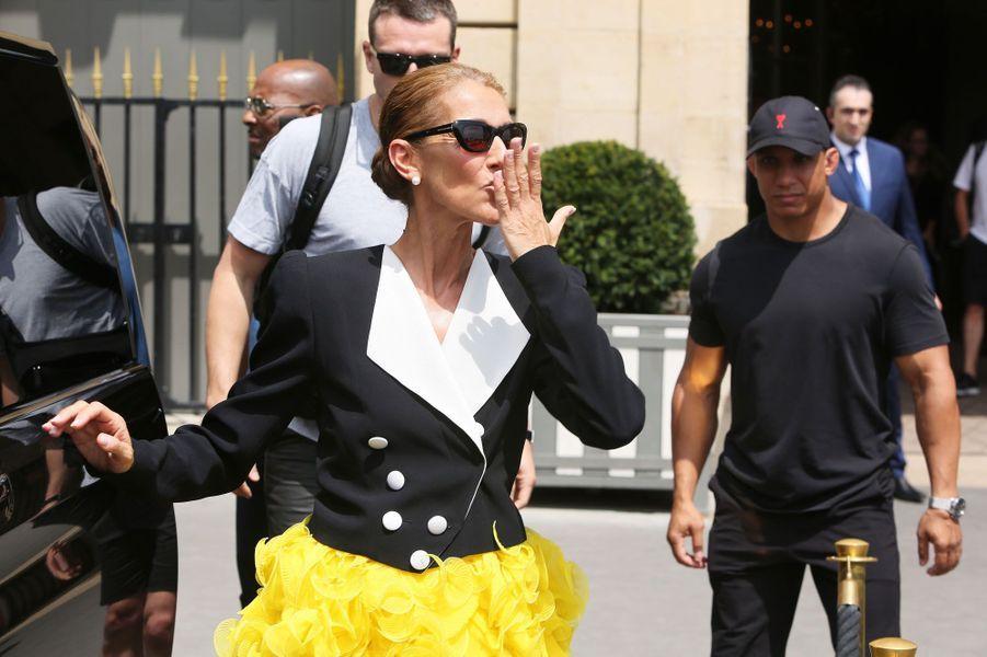 La chanteuse canadienne est toujours à Paris pour la prochaine Fashion Week. Et elle a démontré samedi et dimanche qu'elle restait la championne des looks extravagants en toute circonstance...