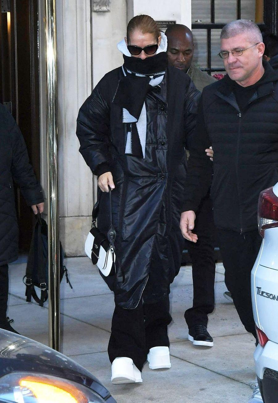 Céline Dion dans une rue de New York avec son docteur spécialiste de la voix, Gwen Korovin, le 13 novembre 2019.