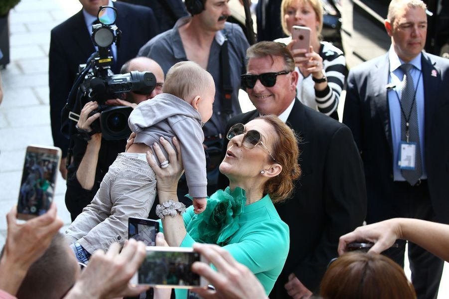 Céline Dion quitte son hôtel parisien et prend dans ses bras son plus jeune fan, le 6 juillet 2016.
