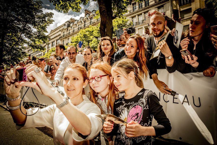 Céline Dion avec ses fans parisiens à la sortie de l'hôtel Royal Monceau, le 25 juin 2016.
