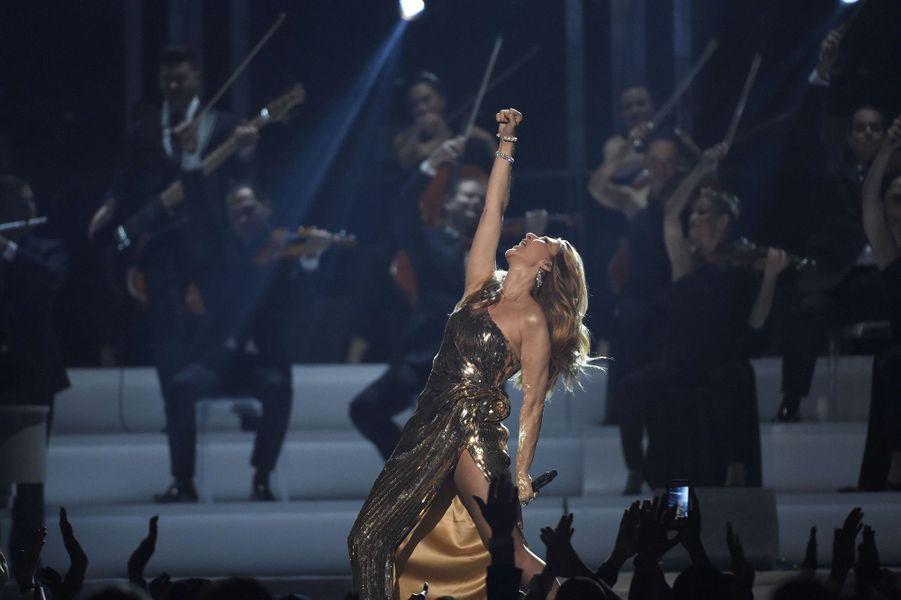 "Céline Dion interprète ""Show Must Go On"" au Billboard Music Awards à Las Vegas, mai 2016."