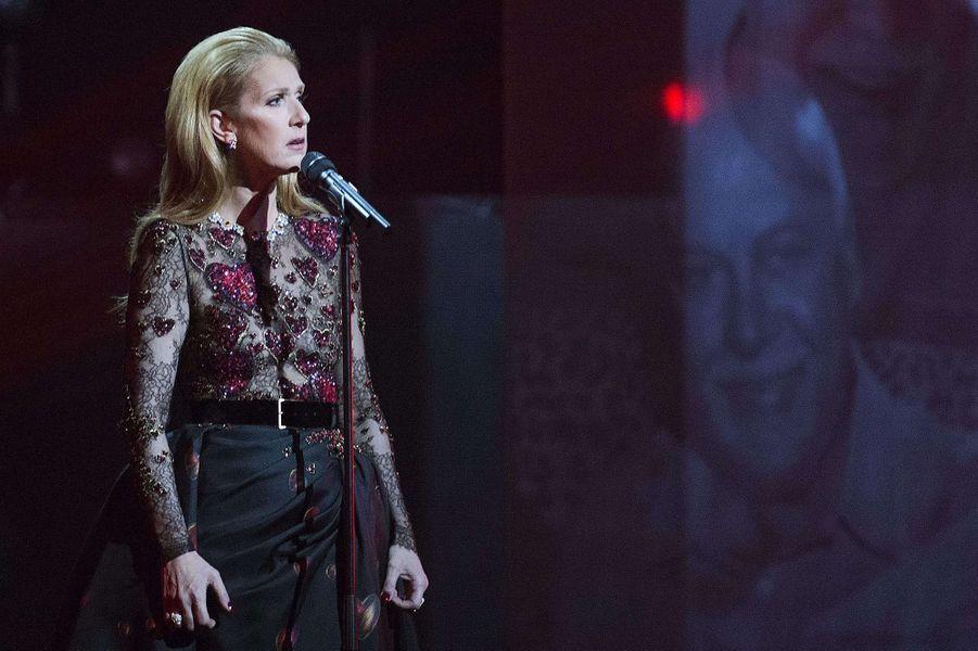 Céline Dion rend hommage à René Angélil lors du gala ADISQ à Montréal, le 30 octobre 2016.