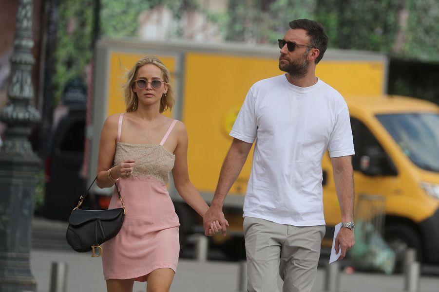 Jennifer Lawrence et son compagnon Cooke Maroney s'offrent une balade Place Vendôme à Paris le 8 août 2018
