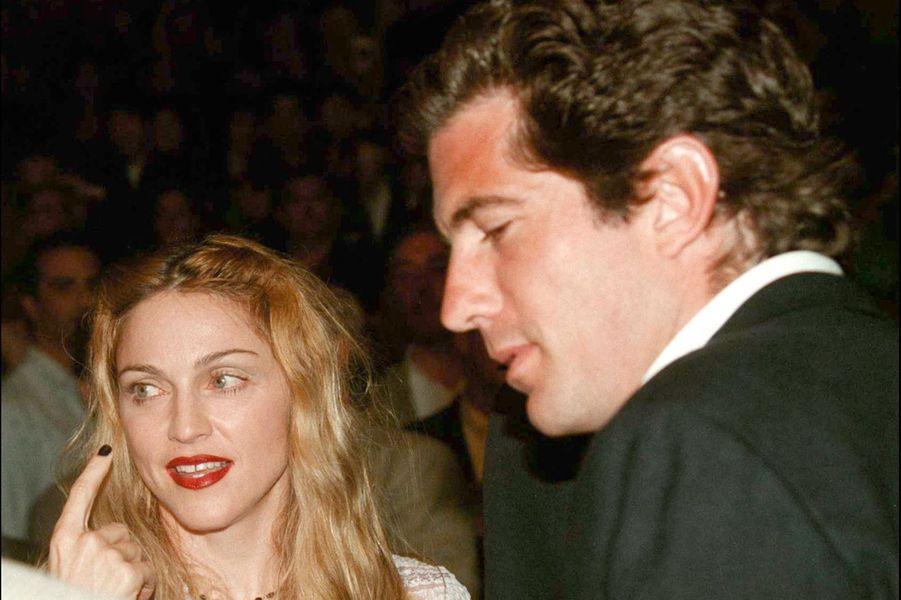 Madonna et John Fitzgerald Kennedy Jr. en 1997. La rumeur affirme que la chanteuse a fréquenté le fils du président pendant quelques mois dans les années 1980, après sa rupture avec Sean Penn. Quelque chose qui a de nouveau été évoqué dans la biographie deJ. Randy Taraborrelli «Les héritiers Kennedy» parue en 2019.