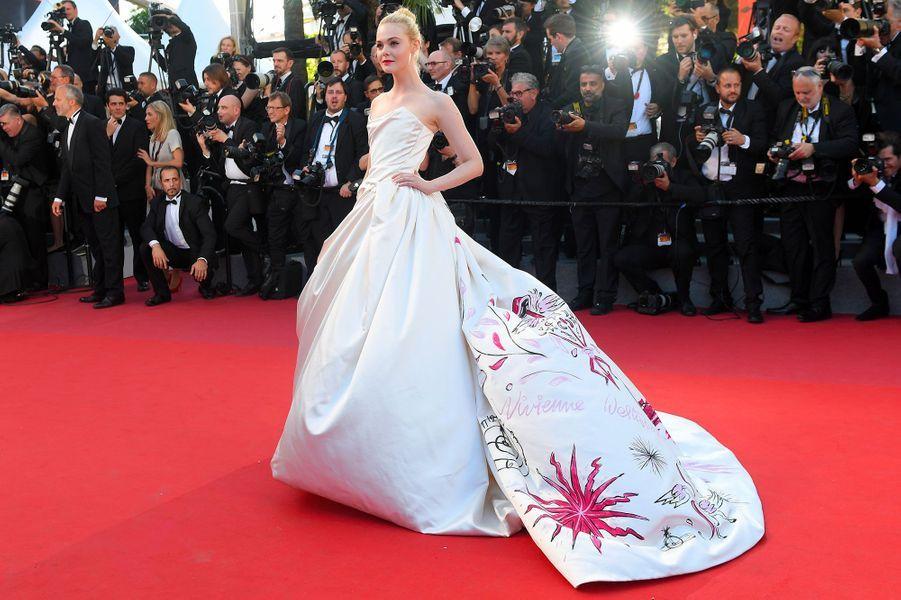 Elle Fanning sur les marches du Festival de Cannes.