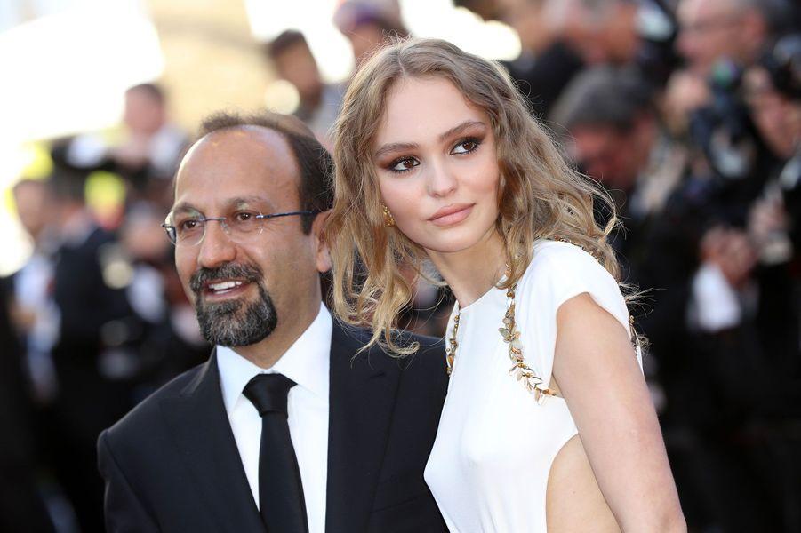 Asghar Farhadi etLily-Rose Depp sur les marches à Cannes.