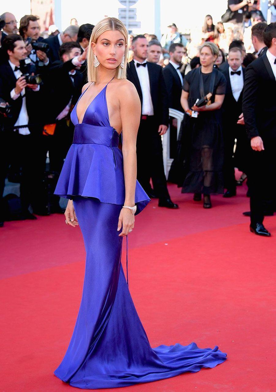 Hailey Baldwin sur les marches du Festival de Cannes.