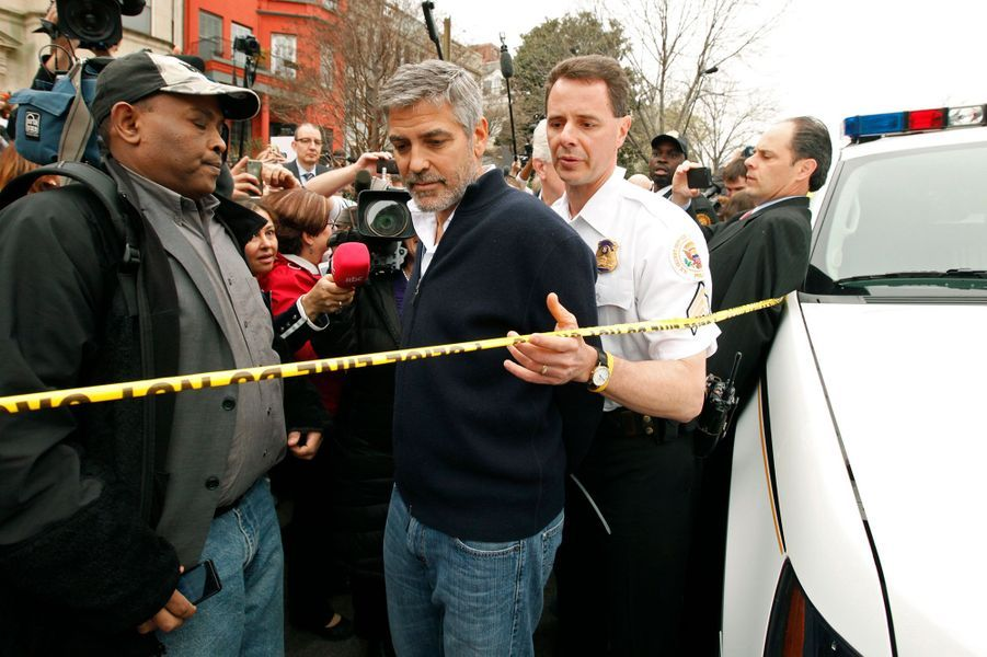 George Clooney a été arrêté en 2012 avec son père alors qu'ils manifestaientdevant l'ambassade du Soudan à Washington contre les «crimes de guerre» commis par l'armée de Khartoum (la capitale du Soudan). L'acteurest resté une nuit seulementen détention, et a pu sortir après avoir payé sa caution de 100 dollars.«Être arrêté est une chose humiliante, peu importe ce que vous avez fait», a confié l'acteur à sa sortie.
