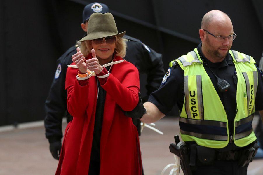 Jane Fonda a toujours été une star profondément engagée dans la lutte pour les justes causes: militante contre le conflit auVietnam dans les années 60, puis engagée contre le conflit israélo-palestinien, l'actrice de 82 ans a été arrêtée quatre fois en un mois en 2019, pour «trouble à l'ordre public»après avoir manifesté plusieurs fois sur les marches du capitole à Washington. Plusieurs célébrités ont été arrêtées avec elle au cours de ces manifestations.