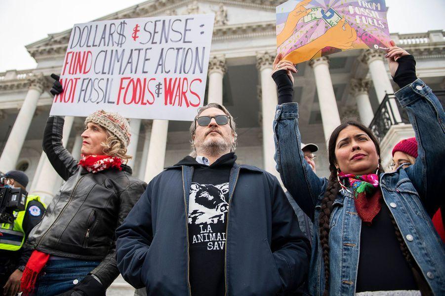 Joaquin Phoenix a été arrêté en janvier 2020 alors qu'il manifestait avec Jane Fonda à Washingtoncontre le réchauffement climatique. Lors de son discours, l'acteur oscarisé à pointé du doigtl'industrie de la viande.D'après le «Los Angeles Times», Joaquin a dû payer une amende de 50 dollars pour avoir participé à ce rassemblement non déclaré.