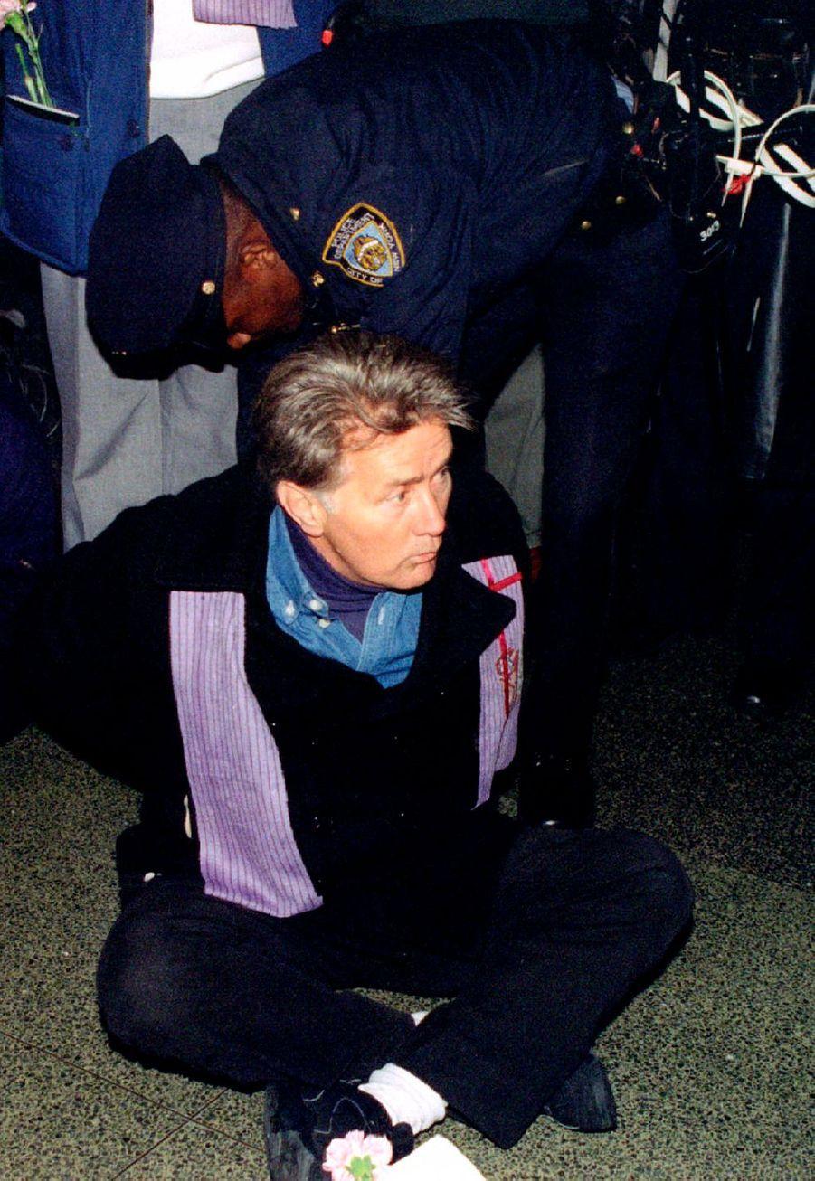Tout comme Jane Fonda et Joaquin Phoenix, Martin Sheen a été arrêté arrêtéà Washington en janvier 2020pour attroupement illégal lors de la manifestation contre le réchauffement climatique, puis il a été relâché avec les autres manifestants. L'acteur a toujours été engagéenvers denombreuses causes justes au cours de sa carrière.
