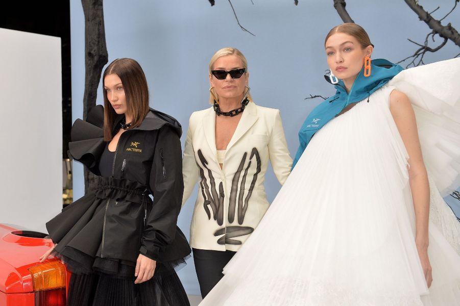 Les soeurs de la mode Bella et Gigi Hadid ont des carrières managées par leur mère Yolanda, ce qui les amènent à travailler régulièrement ensemble, même si elles ont pour la plupart du temps chacune des projets distincts.