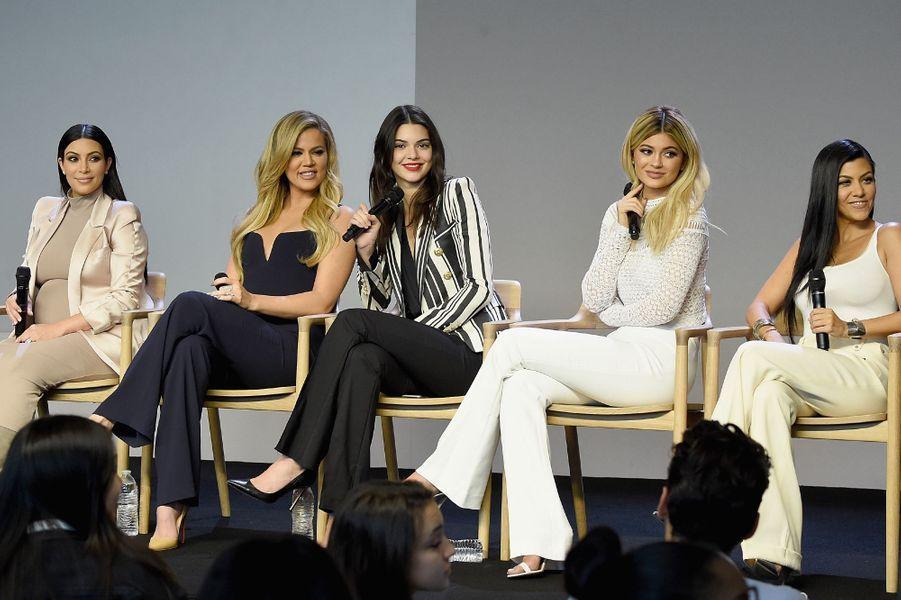 Le clan Kardashian-Jenner est devenu un empire au fil des années, grâce aux opportunités proposées à Kim, Khloé, Kourtney, Kendall et Kylie. Si leur mère Kris managent leurs carrières, c'est ensemble que les soeurs travaillent la moitié du temps.